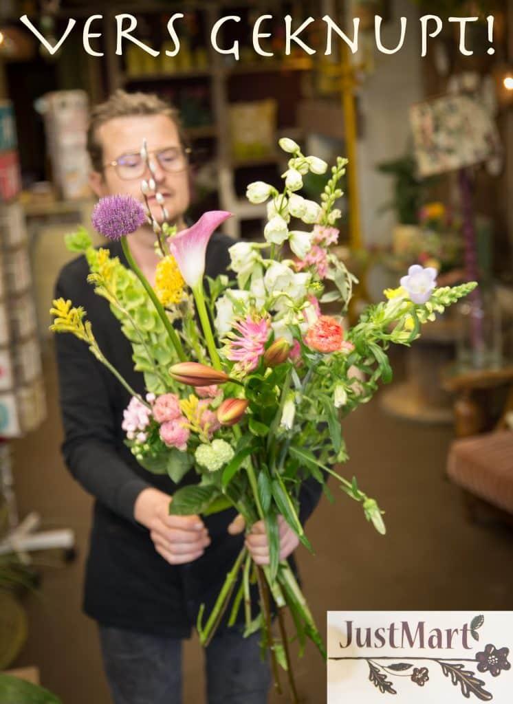 Martin maakt boeket bloemen